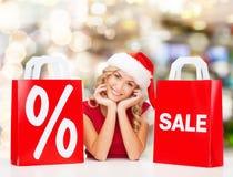 Mulher no vestido vermelho com sacos de compras Foto de Stock
