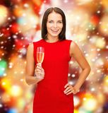 Mulher no vestido vermelho com um vidro do champanhe Foto de Stock