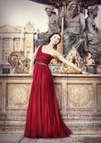 Mulher no vestido vermelho, em Paris, França Imagens de Stock Royalty Free