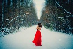 Mulher no vestido vermelho Sibéria, inverno na floresta, muito fria imagens de stock royalty free
