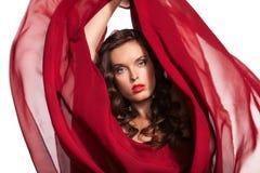 Mulher no vôo vermelho do vestido no vento. Fim-acima Imagem de Stock Royalty Free