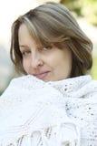 Mulher no xaile branco Imagens de Stock Royalty Free