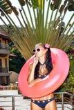 Mulher nos óculos de sol brancos com câmara de ar cor-de-rosa Imagem de Stock