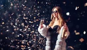 Mulher nos óculos de sol que comemora com champanhe Fotografia de Stock Royalty Free
