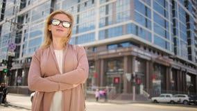 Mulher nos óculos de sol que estão em uma rua movimentada mulher, um residente da cidade video estoque