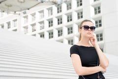 Mulher nos óculos de sol que levantam em escadas e que constroem em França Fotografia de Stock