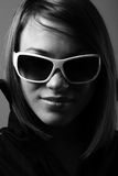 Mulher nos óculos de sol. Retrato do bw da forma. Fotos de Stock