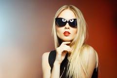 Mulher nos óculos de sol, tiro da forma do estúdio. Composição profissional fotografia de stock