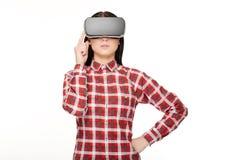 Mulher nos auriculares que passa o tempo na realidade virtual fotos de stock