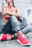 Mulher nos esportes roupa e sapatas Foto de Stock Royalty Free