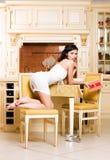 Mulher nos luxurios interiores Imagem de Stock