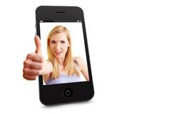 Mulher nos polegares da terra arrendada do smartphone Imagem de Stock
