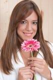 Mulher nos termas com flor e bathrove Fotos de Stock Royalty Free