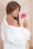 Mulher nos termas com flor e bathrove Fotos de Stock