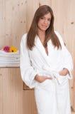 A mulher nos termas ou a sauna relaxam o centro Fotografia de Stock