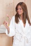 A mulher nos termas ou a sauna relaxam o centro Fotos de Stock