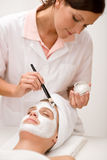 Mulher nos termas que começ a máscara facial Imagens de Stock Royalty Free
