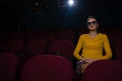 Mulher nos vidros 3d que olha o filme Fotos de Stock Royalty Free