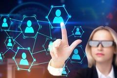 Mulher nos vidros da AR que tocam em ícones da rede da hora foto de stock royalty free