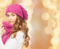 Mulher nova à moda na rua Fotos de Stock Royalty Free