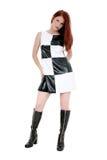 Mulher nova à moda no mini vestido de couro e Foto de Stock