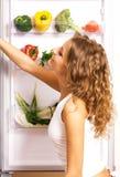 Mulher nova alegre com legumes frescos Imagem de Stock Royalty Free