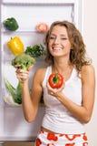 Mulher nova alegre com legumes frescos imagem de stock