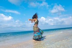 Mulher nova alegre do boho na praia fotografia de stock royalty free