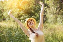 Mulher nova alegre feliz imagens de stock