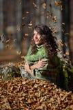 Mulher nova ao ar livre no outono Foto de Stock