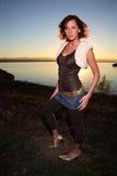 Mulher nova ao lado do rio Fotografia de Stock