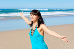 A mulher nova aprecia seu tempo na praia Imagens de Stock