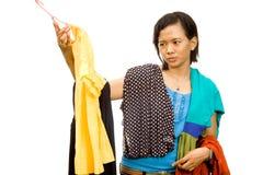 A mulher nova asiática étnica escolhe um equipamento imagem de stock