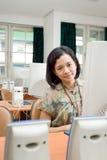 Mulher nova asiática na sala de aula do computador foto de stock royalty free