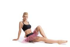 Mulher nova atlética que levanta no traje do esporte da dança Fotografia de Stock