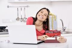 Mulher nova atrativa com caixas de presente imagens de stock