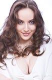 Mulher nova atrativa com olhar skittish e por muito tempo fotografia de stock royalty free