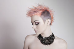 Mulher nova atrativa com um penteado do punk fotografia de stock