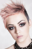 Mulher nova atrativa com um penteado do punk imagens de stock royalty free