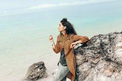 Mulher nova atrativa do boho fora no mar Fotografia de Stock Royalty Free
