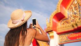 Mulher nova atrativa do moderno do turista da raça misturada no vestido branco e em Straw Hat Taking Photo grande com telefone ce video estoque
