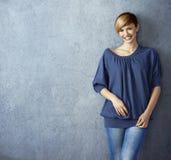 Mulher nova atrativa nas calças de brim Imagem de Stock