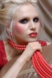 Mulher nova atrativa no estilo do vermelho de Moulin fotos de stock