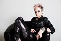 Mulher nova atrativa no vestuário do punk fotografia de stock royalty free