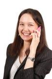 Mulher nova atrativa que chama pelo telemóvel Fotografia de Stock Royalty Free