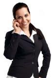 Mulher nova atrativa que chama pelo telemóvel Fotografia de Stock