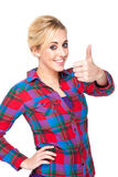A mulher nova atrativa que dá os polegares levanta o sinal fotografia de stock royalty free