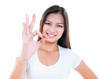Mulher nova atrativa que mostra o gesto APROVADO foto de stock royalty free