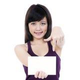 Mulher nova atrativa que prende o cartão de nota em branco imagem de stock