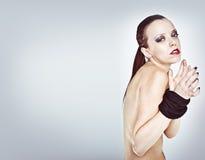 Mulher nova bondaged pela corda Fotografia de Stock